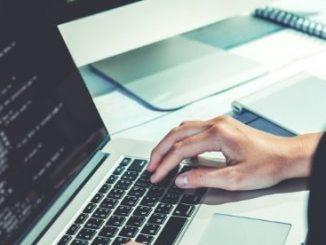 Développeur Web en train de coder